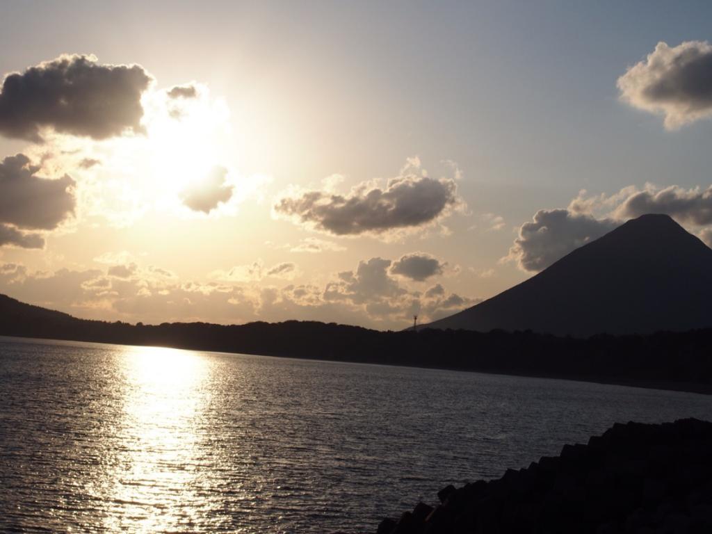 砂湯里から見た夕暮れと開聞岳