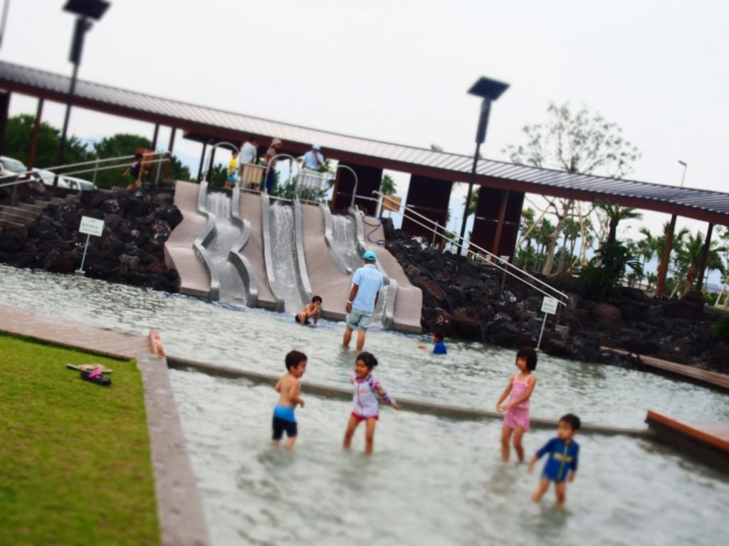 マリンポートで水遊びする子どもたち