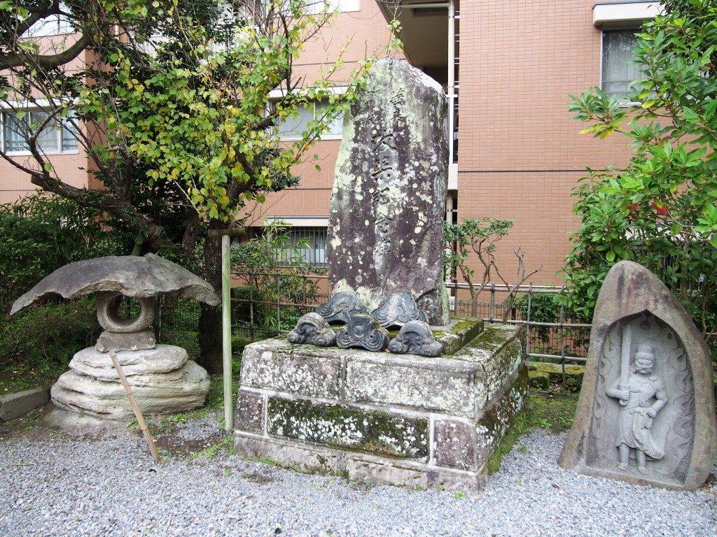 稲荷神社のが移築記念碑