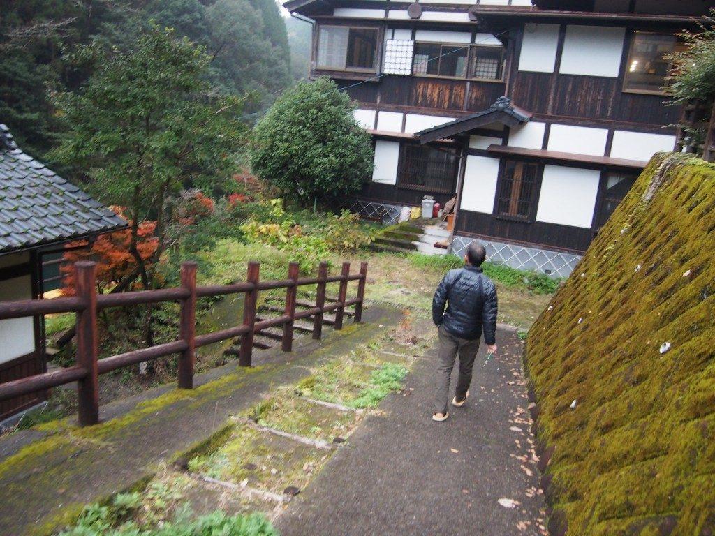 離れの宿への階段
