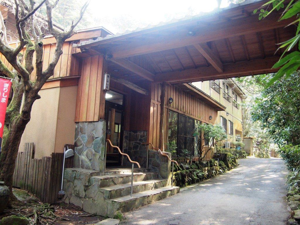 霧島湯之谷山荘の入口