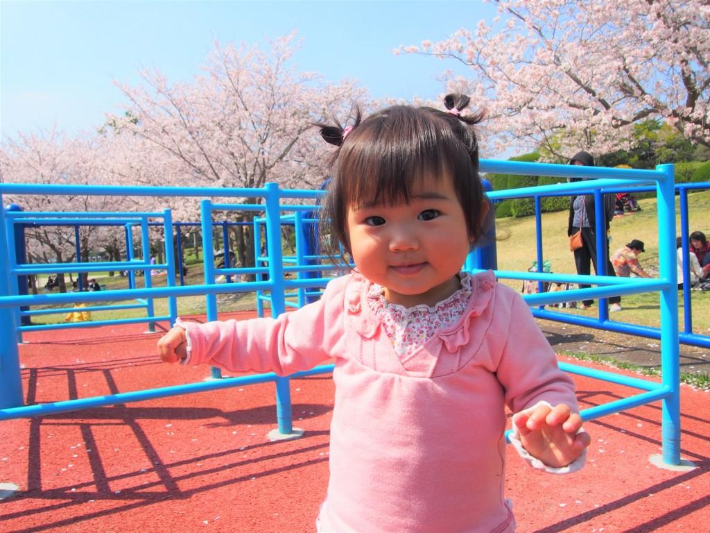 鹿児島県立吉野公園で遊ぶ女の子