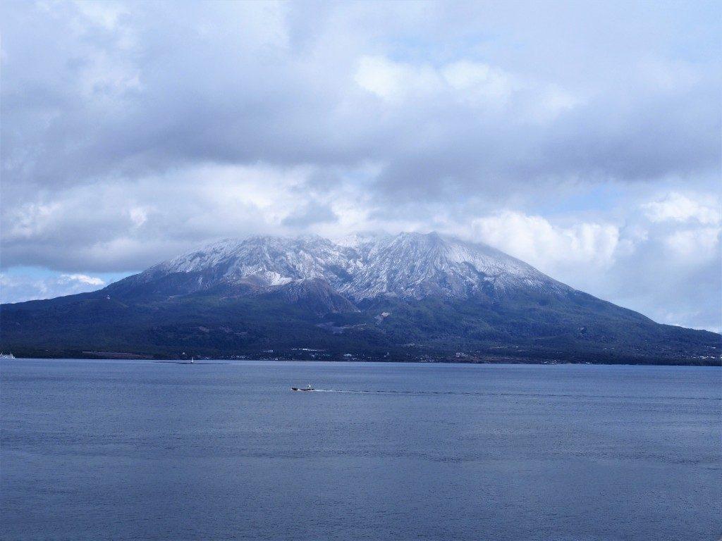 冠雪している桜島