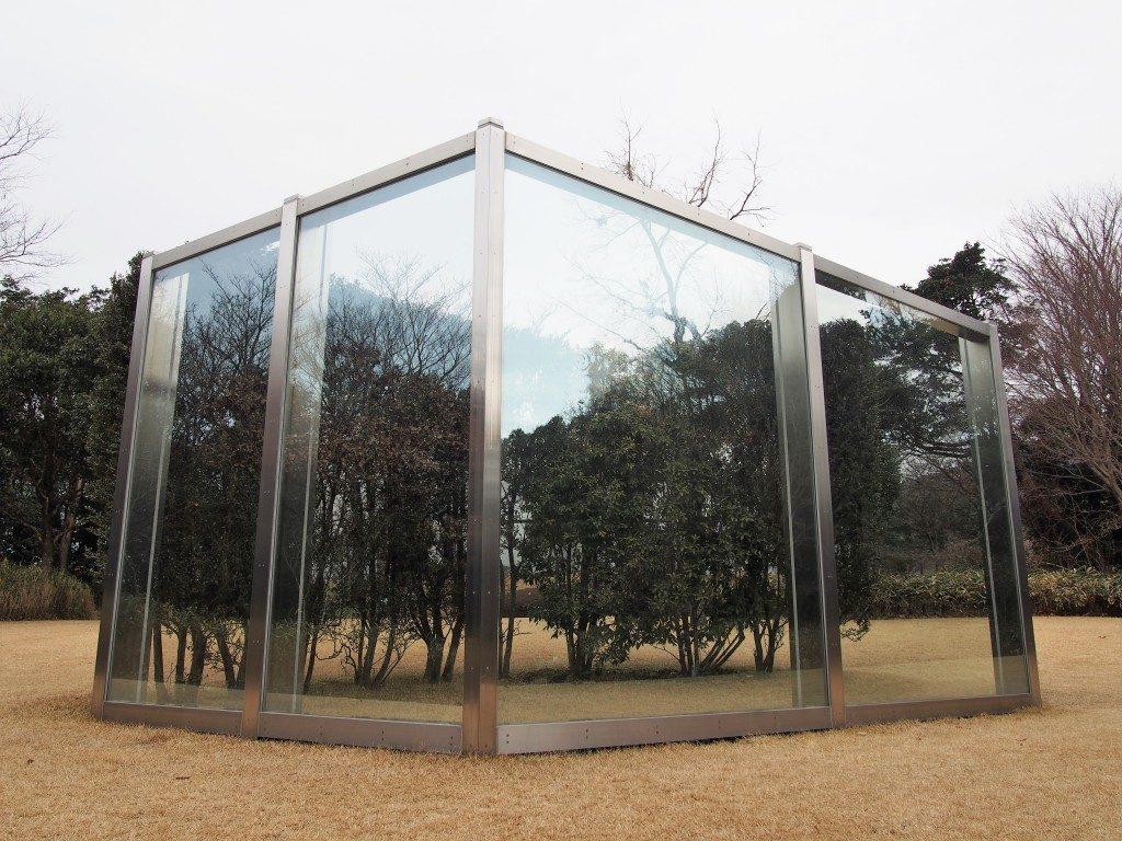 反射ガラスとカーブした垣根の不完全な平行四辺形(Dan Graham)