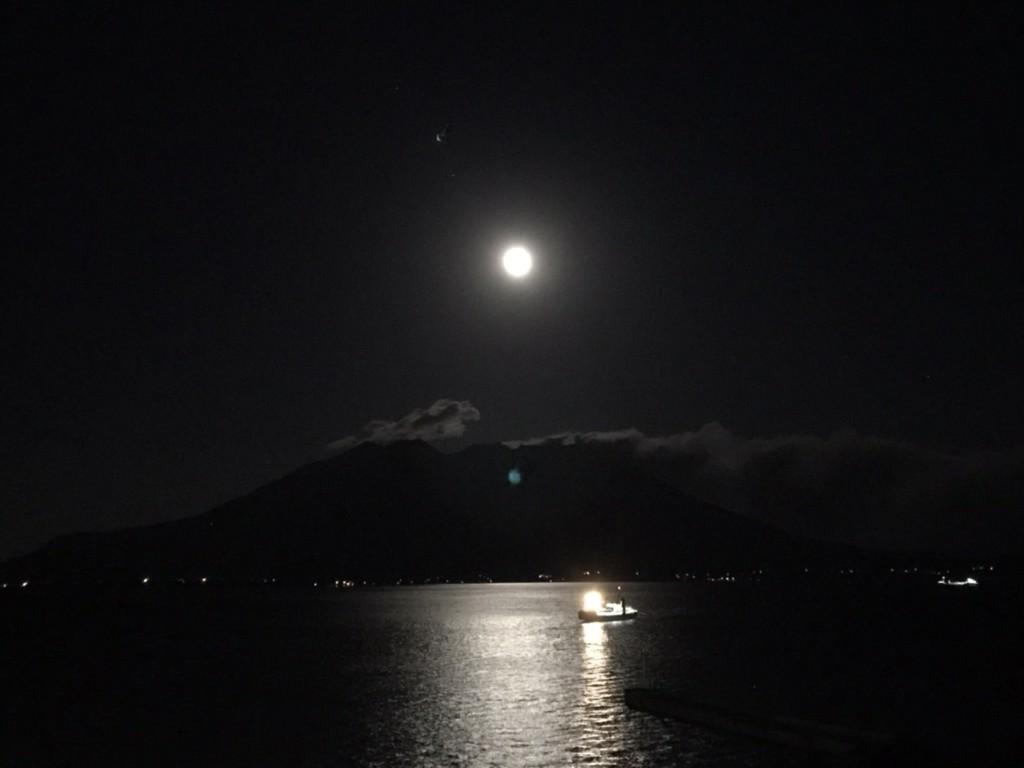 満月と桜島
